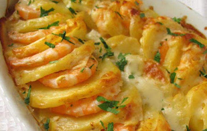 Crevettes et de pommes de terre delicieux gratin
