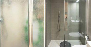 3 astuces infaillibles pour enlever le tartre de la porte vitrée de votre salle de bain et la laisser briller
