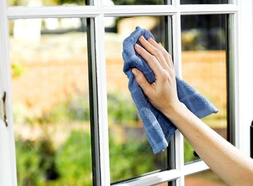 Une astuce efficace pour avoir des fenêtres propres et brillantes