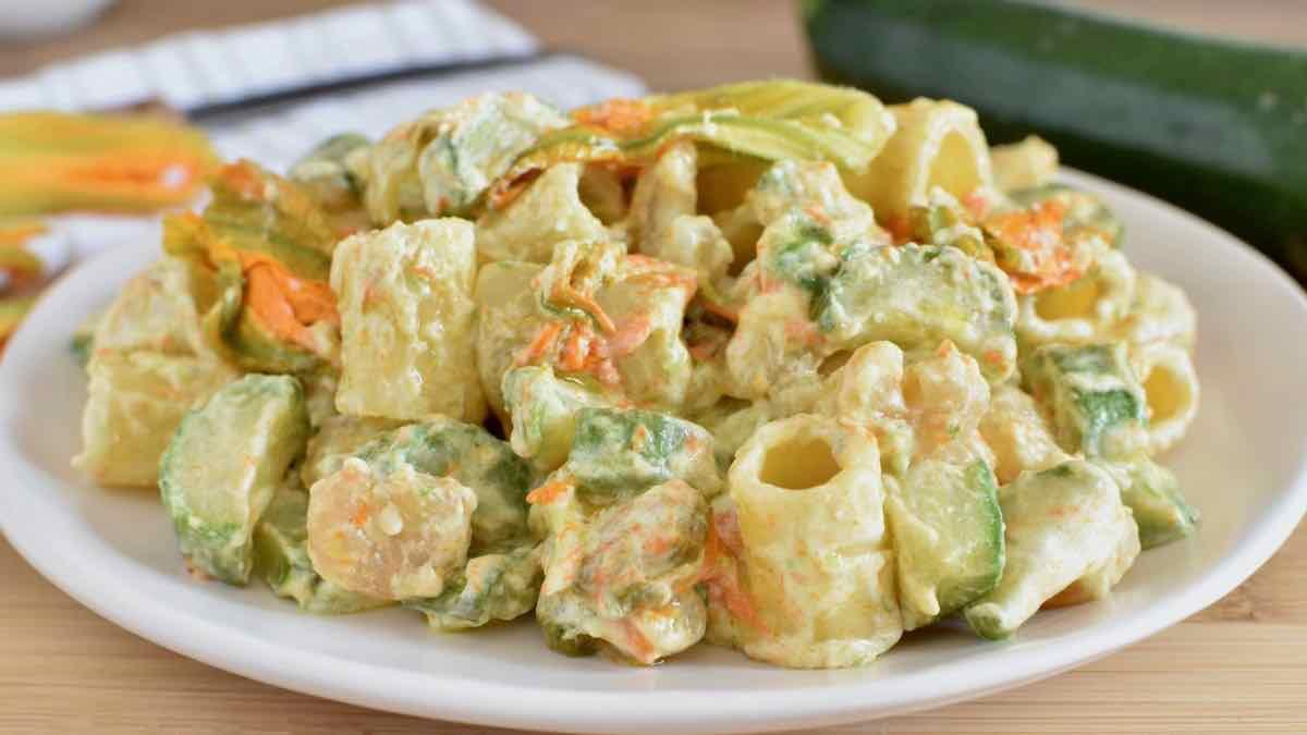 Salade de pâtes aux courgettes et fleurs de courge
