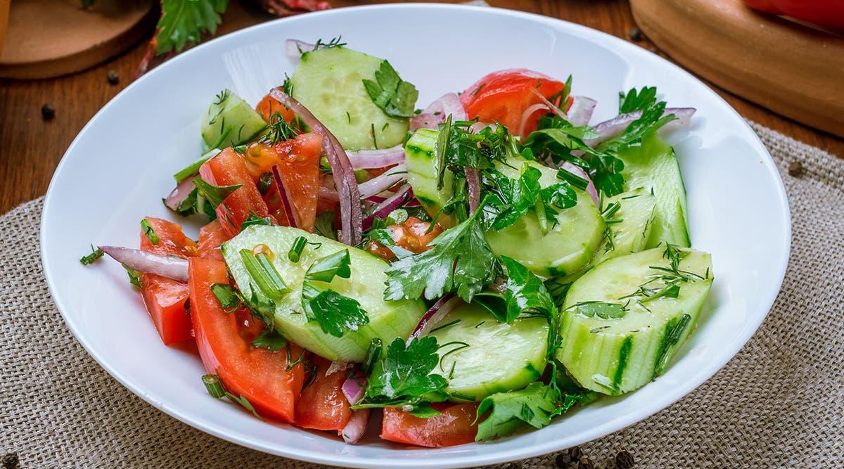 Recette. La salade fraiche de tomate et de concombre mariné