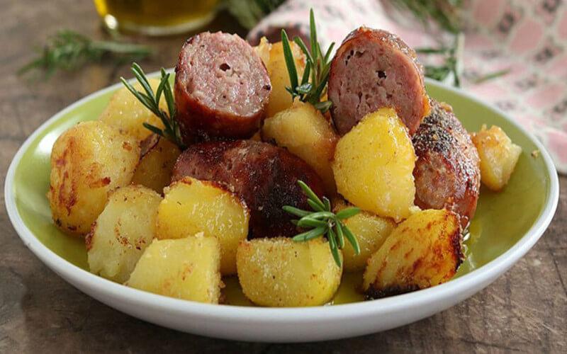 Saucisses et pommes de terre gratinées au four