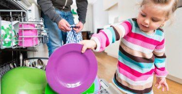 Les enfants qui font des taches ménagères ont plus de chances d'être des adultes qui réussissent dans la vie