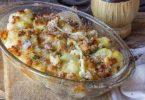 Chou-fleur et saucisses cuites avec fromage