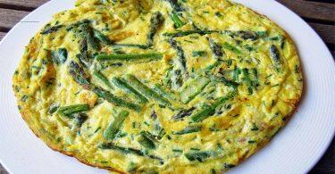 Omelette aux asperges, fromage et ciboulette