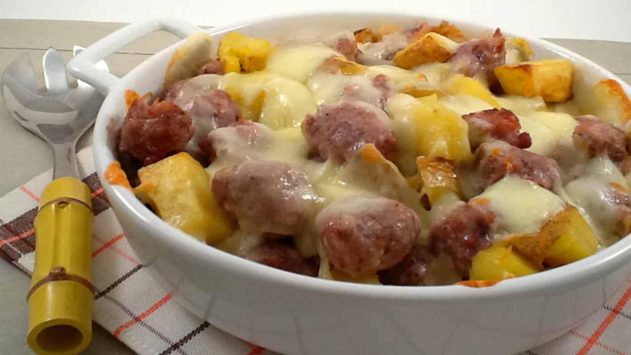 Saucisse et pommes de terre au fromage, recette savoureuse